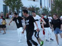 上海郊区大妈把广场舞跳进镇政府机关大院,镇领导:挺好的,支持!