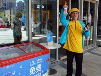 """上海一商场外,一个无人值守冰箱三年来经历的""""冷与暖"""""""
