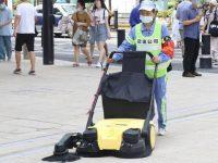 """南京路步行街东拓,多款""""神器""""增援,湿纸巾擦路面竟然擦不出灰?"""