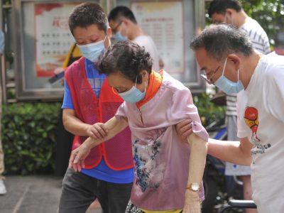 """上海因疫情封闭管理的小区里发生""""震撼一幕"""",为这件事,二娃夫妻顾不上说话"""
